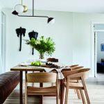 Jedáleň s drevenými stoličkami