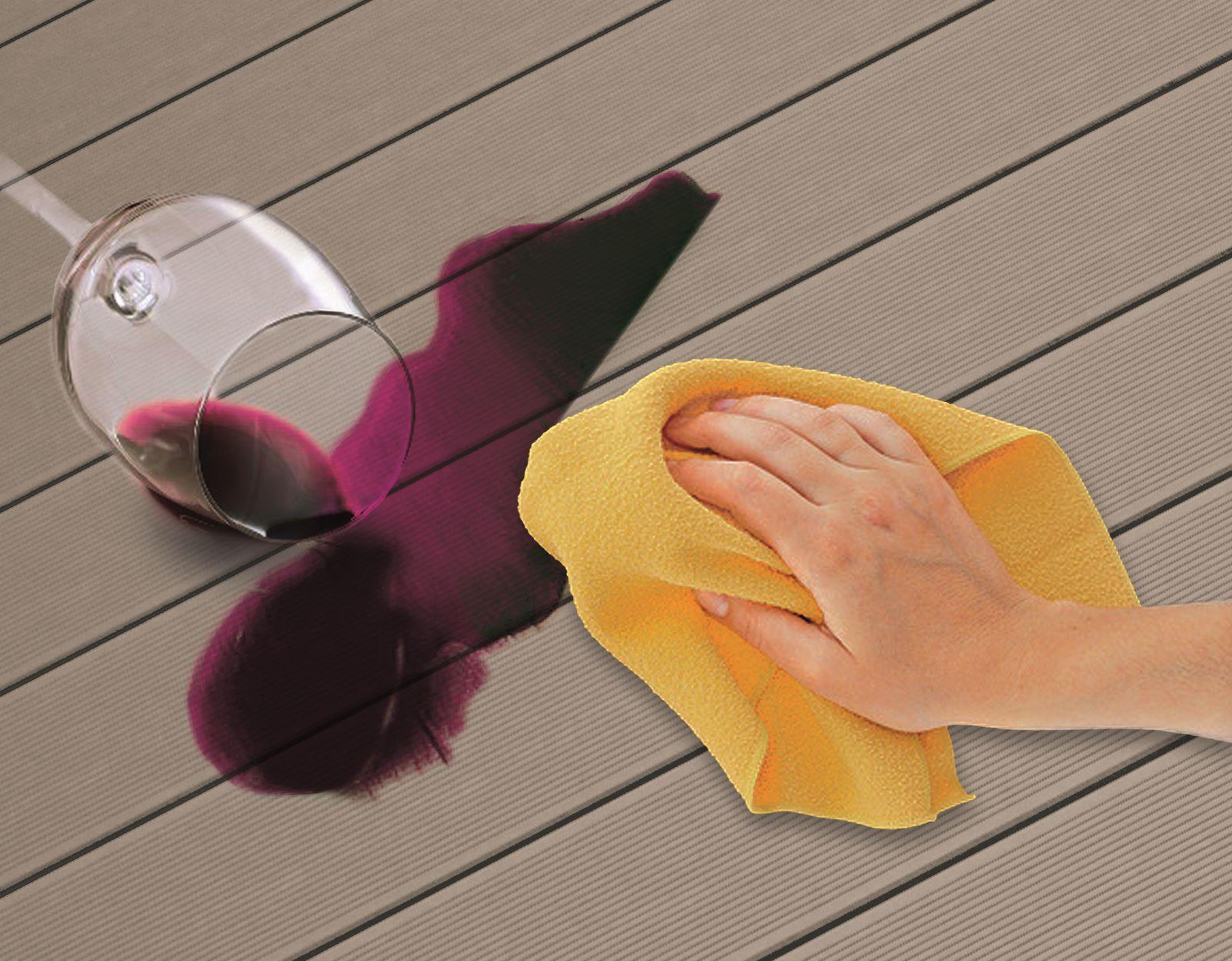 Vyliate víno na terase a ruka s handrou
