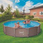 Rámový bazén s ľuďmi na záhrade