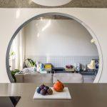 Kruhový otvor v stene do obývačky