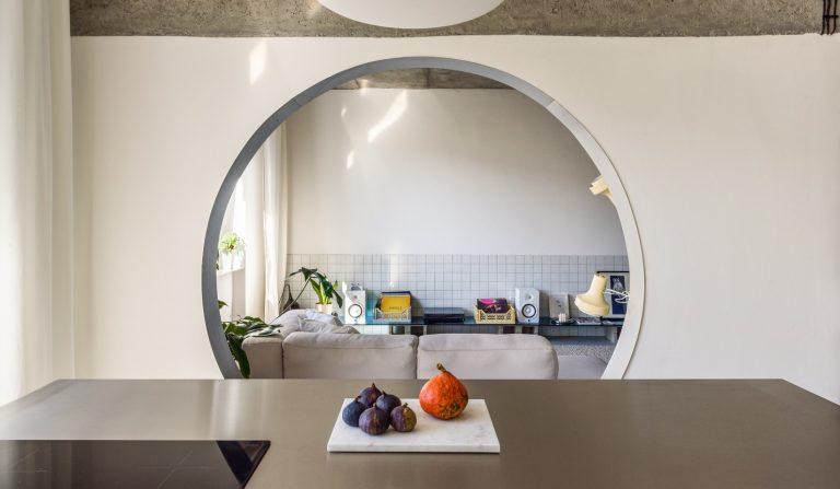 Priestranný dvojizbový byt vhodný pre mladú rodinu s prepojenou nočnou a dennou časťou