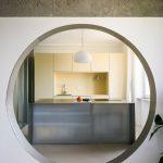 Veľký kruhový otvor v stene do kuchyne