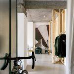 Chodba s bicyklom prechod do bytu