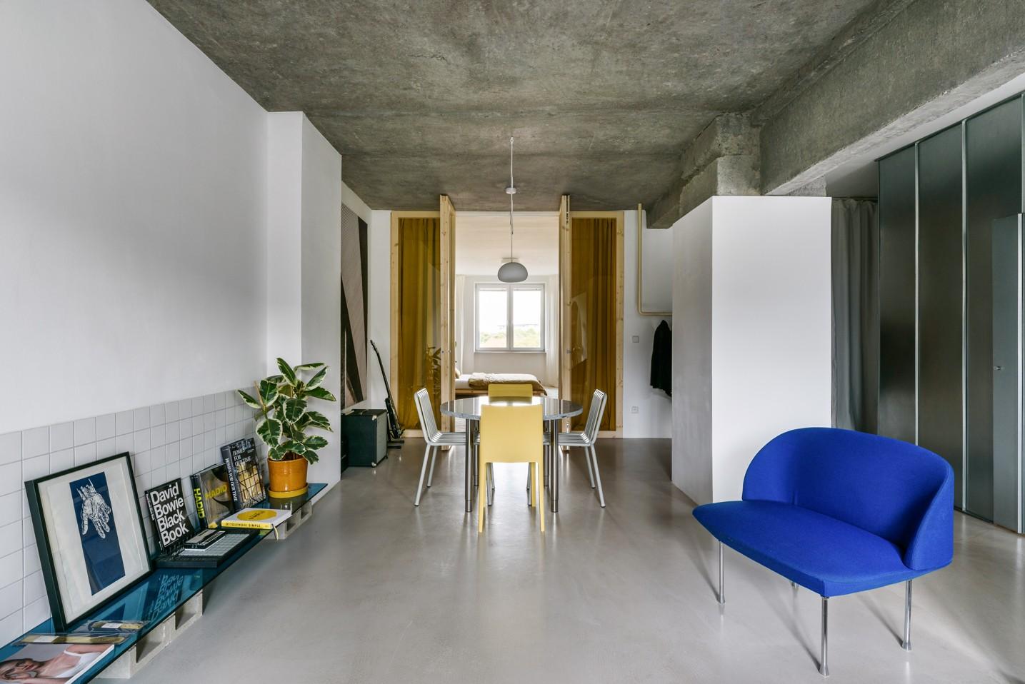 Obývačka v industriálnom štýle s jedálňou