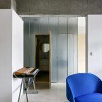 Izba so skrytými dverami modré kreslo el.klavír