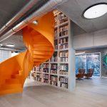 Oranžové točité schody veľká knižnica