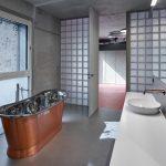 Moderá kúpeľňa s medenostriebornou vaňou