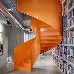 Oranžové točité schody do privátneho poschodia