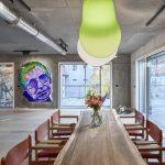 Veľká jedáleň betónové steny osvetlenie