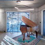 Klavírne krídlo v betónovej miestnosti