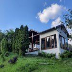 Chalupa s terasou a zinou záhradou