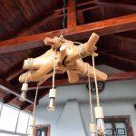 Lampa z drevených pníkov