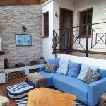 Obývačka v chalupe s modrou sedačkou