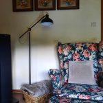 Kvetované kreslo na čítanie lampa