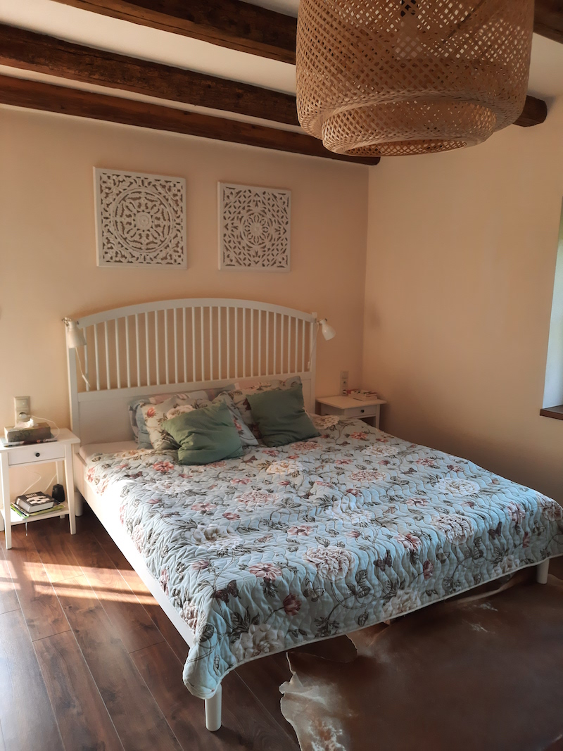 Veľka posteľ s kvetovanými obliečkami