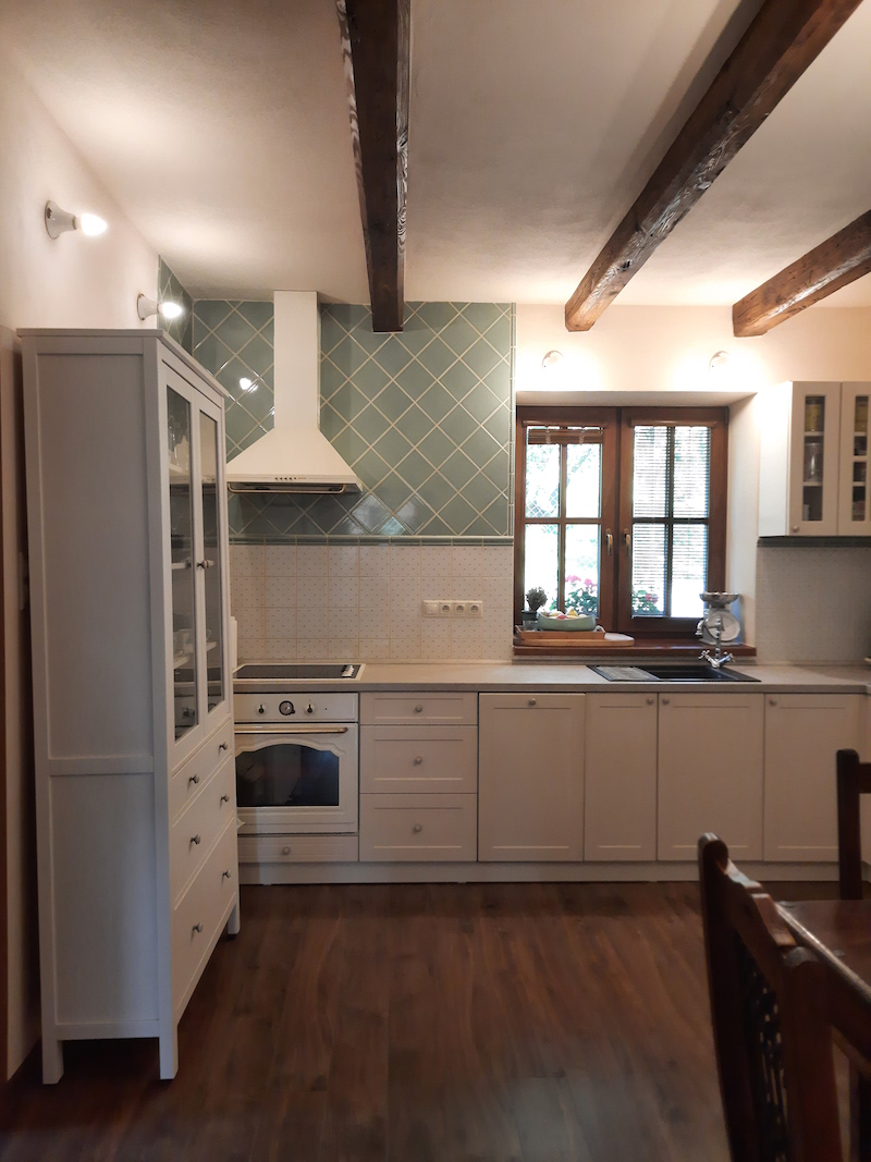 Romantická biela kuchyňa s trámami