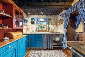 Starý banícky dom v Kremnických vrchoch po premene pripomína rozprávkovú chalúpku