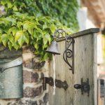 vstup do záhrady s drevenou bránou a zvonom
