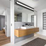 Moderná bielo sivá kúpeľňa s drevom
