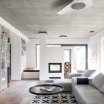 Obývačka s krbom a veľkým sivým gaučom