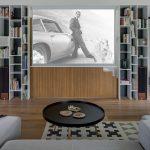 Obývačka s knižnicou a plátnom na premietanie