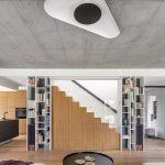 Obývačka s knižnicou a dominantným schodiskom