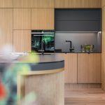 Drevené kuchyňa s čiernym detailom