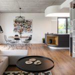 Jedáleň s drôtenými stoličkami betónový strop