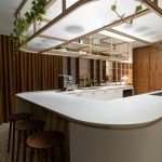 Kuchyňa do U s barovými stoličkami a konštrukciou na strope