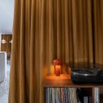 Ťažký záves retro lampa a gramofón s platňami