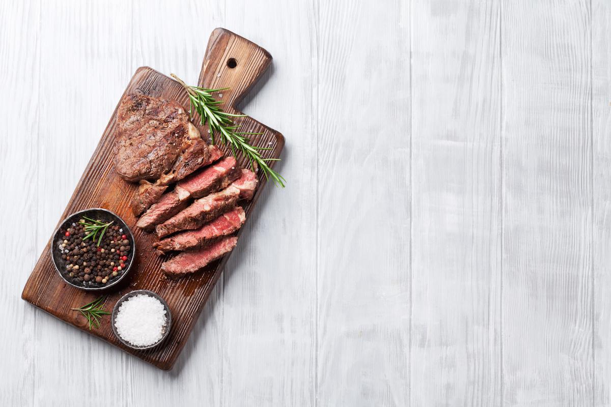 Gorenje steak_on_a_chopping_board