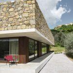 Štvorcový dom s kamennou strechou v Taliansku