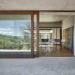 Jedáleň cez otvorené presklené fasády