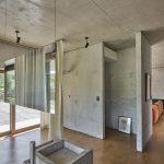Betónový strop a zrkadlo v priestore