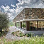 Štvorcový presklený dom s kamennou strechou v Taliansku