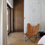 Dizajnové kožené kreslo v spálni