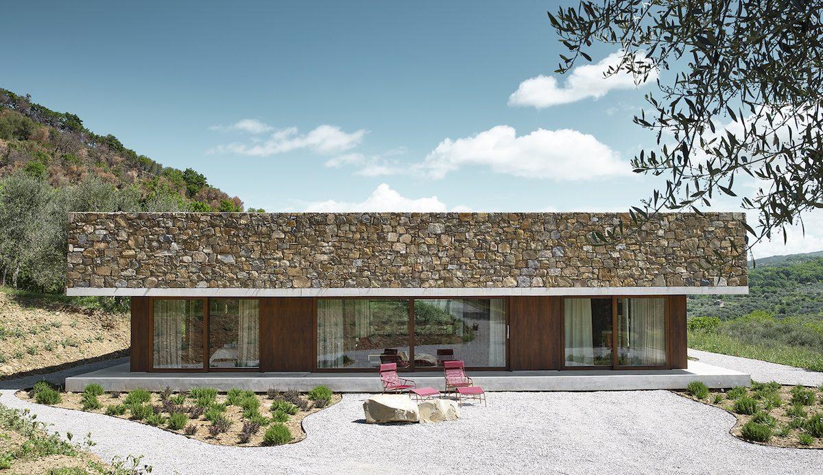 Hranatý presklený dom v lese Taliansko