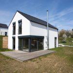 Rodinný dom s veľkými oknami