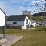 Rodinné domy biele sedlová strecha