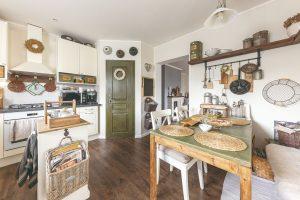 Vidiecka kuchyňa s množstvom tradičných doplnkov pôsobí ako zo starého filmu