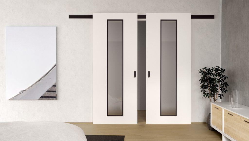 Kontrasty bielych dverí s čiernou