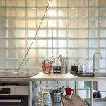 Kuchyňa so stenou zo sklenených tvárnic