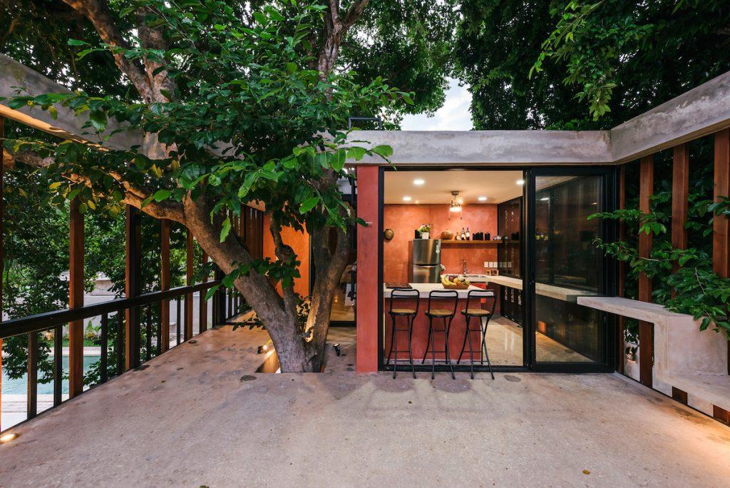 Aj takto môže vyzerať tradičný vidiecky dom. Pohodlné bývanie v korunách stromov