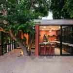 Kuchyňa s barovými stoličkami na terase