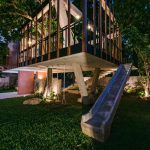 Dom s pohyblivými drevenými lištami