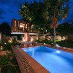 Bazén pred vyvýšeným domom