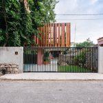 Kovová brána a drevená koštrukcia domu