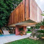 Drevený obĺžnikový dom vyvýšený