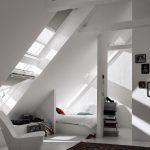 Moderná biela izba so strešným oknom