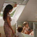 Žena sťahuje roletu v detskej